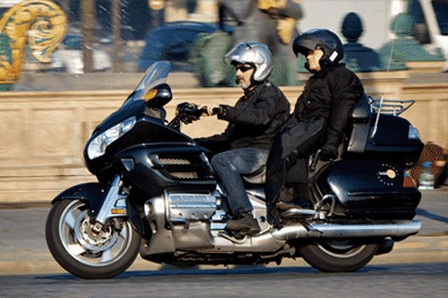 Taxi moto dans Paris avec un passager